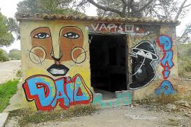 Los graffitis empeoran el estado de la base militar de Cala Figuera, en Calvià