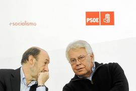 Rubalcaba recibe el apoyo público de González, y Chacón el de De la Vega
