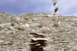 Esperances de pedra, acompanyades d'un far.