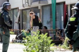 Un amplio dispositivo policial desaloja un inmueble 'okupado' en Ibiza