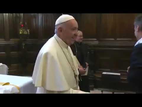 El motivo por el que el papa Francisco retira la mano cuando los fieles intentan besarle el anillo