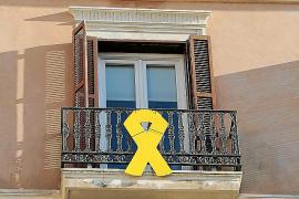 Un ciudadano exige que Més retire el lazo amarillo del Parlament