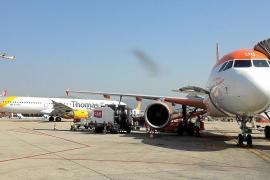Las aerolíneas programan mil aviones menos cada mes durante todo el verano