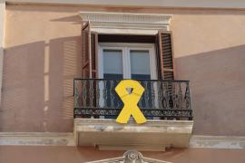 PSOE, Podemos y Més rechazan exigir la retirada del lazo amarillo de la fachada del Parlament