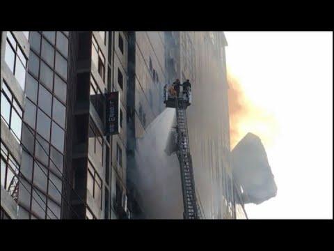 Al menos 19 muertos y 73 heridos en el incendio de un rascacielos en Dacca
