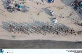 Los regatistas del Sofía-Iberostar limpian la Playa de Palma