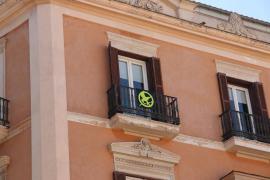 Més retira el lazo amarillo del Parlament y lo sustituye por un símbolo de 'Los juegos del hambre'