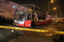 Al menos 16 muertos al incendiarse un autobús en Lima