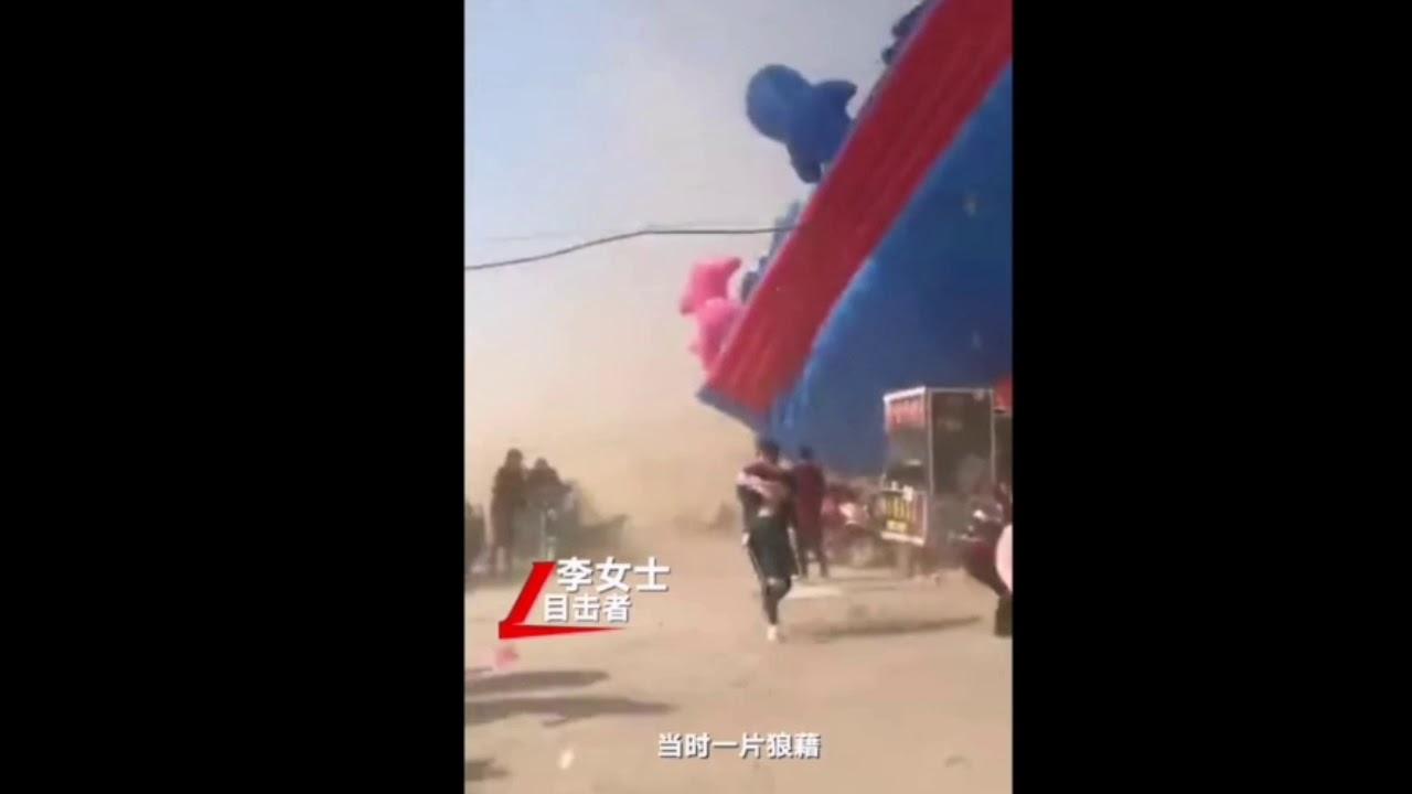 Dos niños mueren al salir volando un castillo hinchable en China