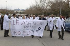Los trabajadores del hospital de Manacor, en pie de guerra contra los recortes del PP