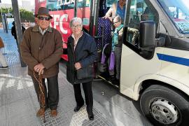 Enrique y María, dos de los usuarios de la línea 35 que han reclamado que se recuperen las paradas en Vila.