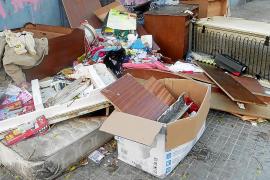 Los trastos se acumulan en las calles de Son Gotleu