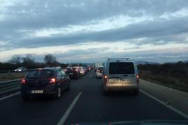Retenciones kilométricas por un accidente en la autopista de Llucmajor