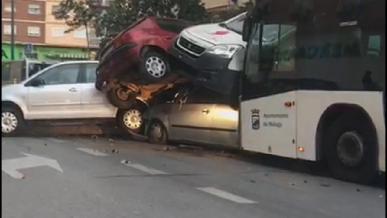 Un autobús arrolla varios coches en Málaga tras sufrir un infarto el conductor