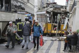 Al menos ocho heridos al chocar un tranvía con un autobús turístico en Lisboa