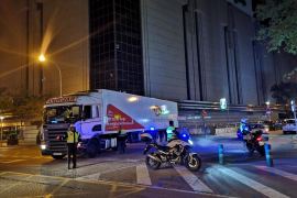 Un camión averiado bloquea parcialmente la calle Aragón durante una hora