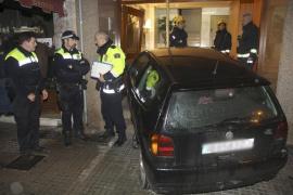 Un conductor 'entra' en un portal de Palma cuando se peleaba en el coche con su novia