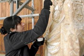 Las esculturas del Portal del Mirador de la Seu se someten a un chequeo