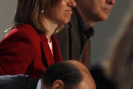 Rubalcaba y Chacón se besan en el plenario pero mantienen la  distancia fuera