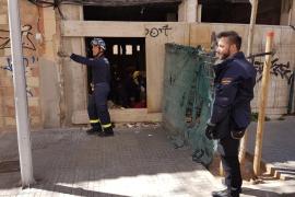 Vecinos de la calle Reyes Católicos de Palma recogen firmas para tapiar un edificio okupado