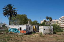 La demolición del inmueble donde se alojó Nuria Ester, en imágenes (Fotos: Marcelo Sastre).