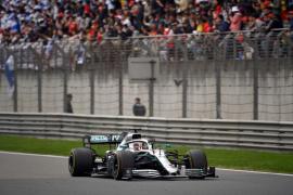 Hamilton gana en China y se pone a la cabeza del mundial