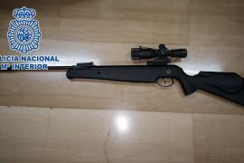 Detenido por disparar a cinco vecinos desde su balcón con un rifle de aire comprimido