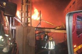 Miles de pollos mueren presa de las llamas en un incendio