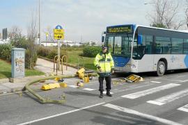 Un bus choca contra un semáforo al esquivar un vehículo que venía de frente en es Portitxol