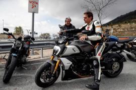 Albert Rivera, subido en la moto, promete quitar todos los «guardarraíles asesinos»