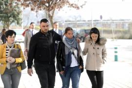 José Roselló y Vicky García, padres de Julen con su abogada