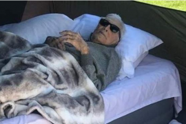 Kirk Douglas se va de acampada a sus 102 años