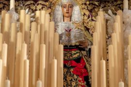 La Virgen de la Caridad del Baratillo procesiona vistiendo el fajín de Franco, que ha sido denunciado