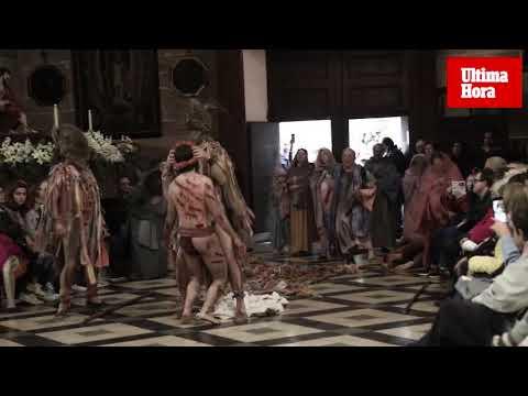 La lluvia traslada la emoción del 'Via Crucis' a la iglesia de Sant Felip Neri