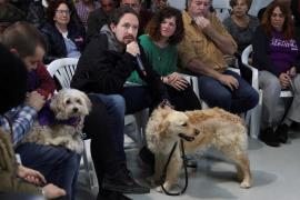 Pablo Iglesias se va con su mascota de asamblea perruna
