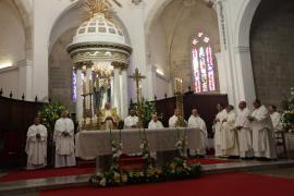 La misa crismal del Jueves Santo en la Catedral de Ibiza, en imágenes (Fotos: Daniel Espinosa).