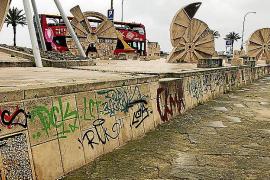 El conjunto escultórico de Guinovart, pintado, abandonado y destruido