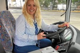 «Sólo una minoría se sorprende viéndonos al volante del autobús»