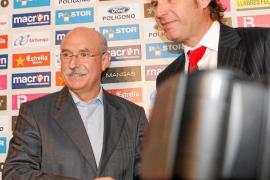 Llorenç Serra Ferrer y Mateu Alemany se dan la mano tras cerrar la compraventa de la entidad