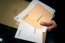 Trece oficinas de Correos de Baleares abrirán hasta las 12 de la noche para gestionar el voto por correo