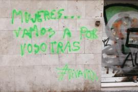 Pintada contra las mujeres en la sede de la CUP con el sello de Vox