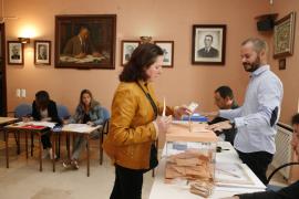 Mesa electoral de un colegio en las elecciones generales del 28 de abril