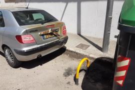 Coche afectado por el incendio de contenedores en Palma