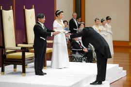 El emperador Naruhito inaugura su mandato con un homenaje a su padre