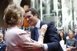 El presidente del PP, Pablo Casado, saluda a la expresidenta de la Comunidad de Madrid, Esperanza Aguirre, antes del acto de imp