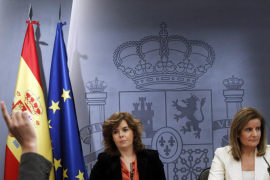 Spanish Deputy PM Saenz de Santamaria and Spain's Labour Minister Banez attend news conference at Madrid's Moncloa Palace