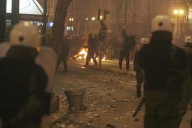 El Parlamento griego aprueba los recortes con la calle en llamas