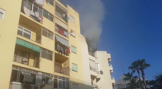 Una familia escapa de un pavoroso incendio que obliga a desalojar un edificio de ses Figueretes