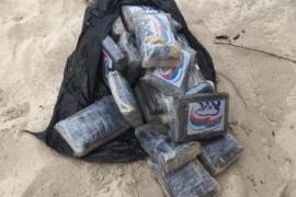 Localizan un fardo con 25 kilos de cocaína en una playa de Formentera