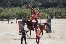 Caballos y jinetes sincronizados en el Concurso Nacional de Volteo